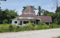 1 Rai of Flat Land with Villa for Renovation, Maenam
