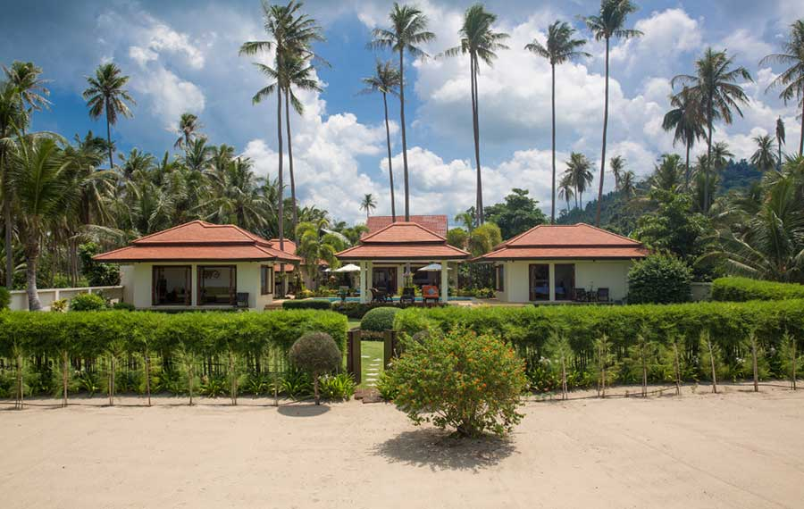 Spacious 4-Bed Beachfront Villa, Laem Set